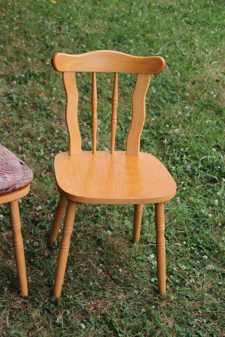 2 rustikale holzst hle mit sitzpolster k chenst hle. Black Bedroom Furniture Sets. Home Design Ideas