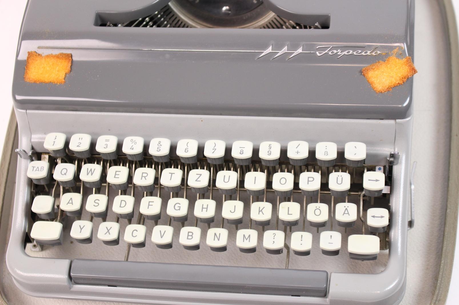 torpedo reiise schreibmaschine metall kunststoff grau vintage typewriter um 1960. Black Bedroom Furniture Sets. Home Design Ideas