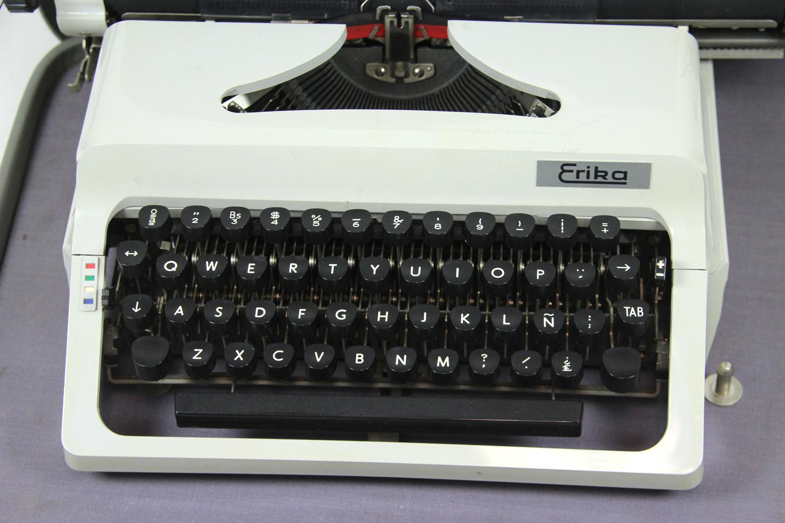erika mod 48 reise schreibmaschine koffer amerikanische tastatur typewriter ebay. Black Bedroom Furniture Sets. Home Design Ideas