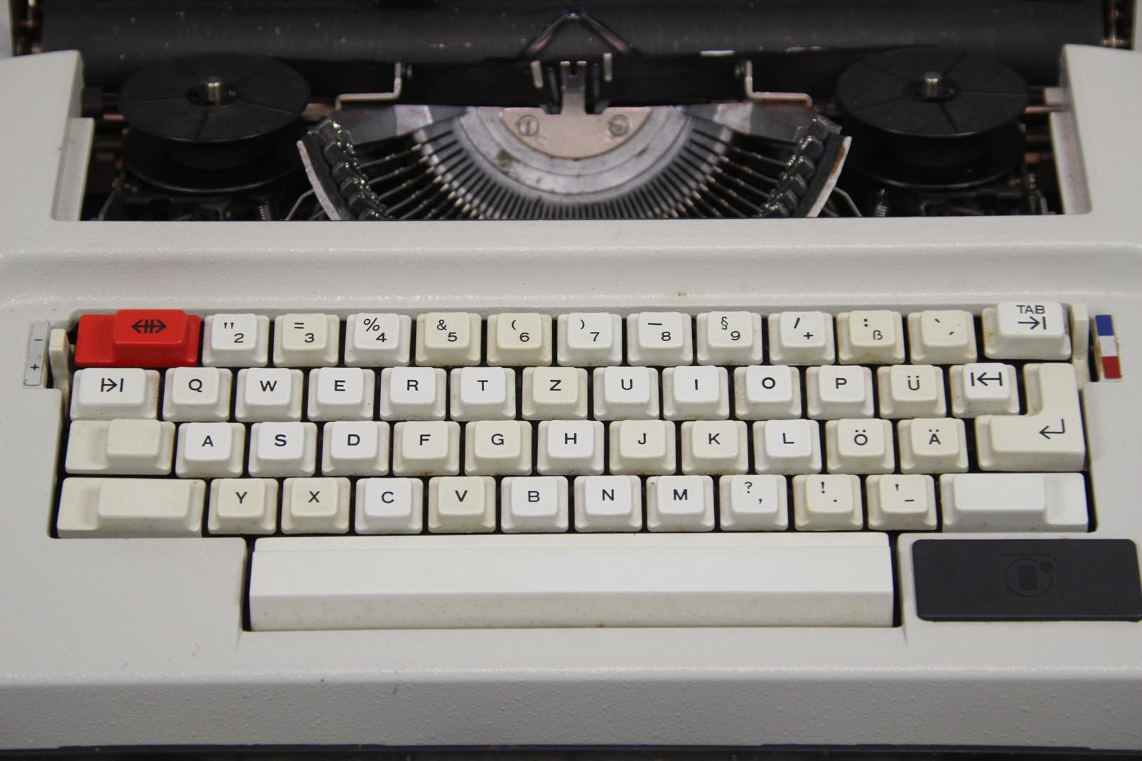 robotron elektronische ddr reise schreibmaschine um 1970 im koffer elektrisch ebay. Black Bedroom Furniture Sets. Home Design Ideas