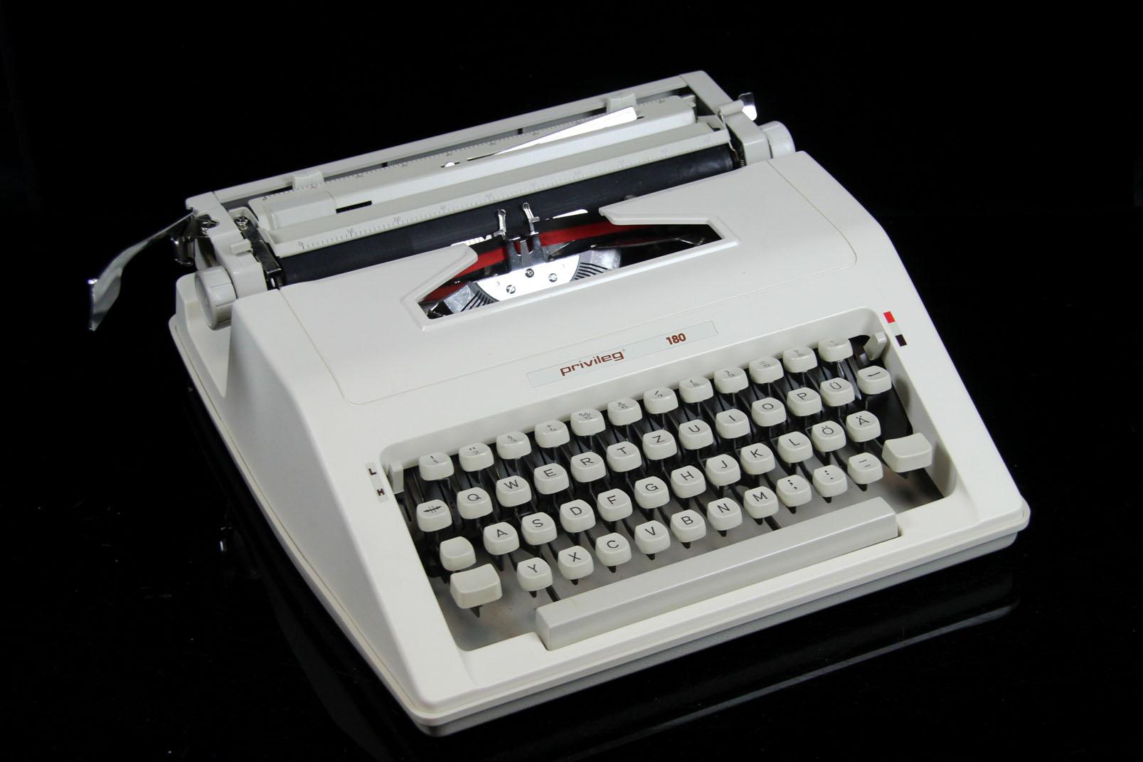 privileg 180 reise schreibmaschine mit koffer kleinschreibmaschine typewriter ebay. Black Bedroom Furniture Sets. Home Design Ideas
